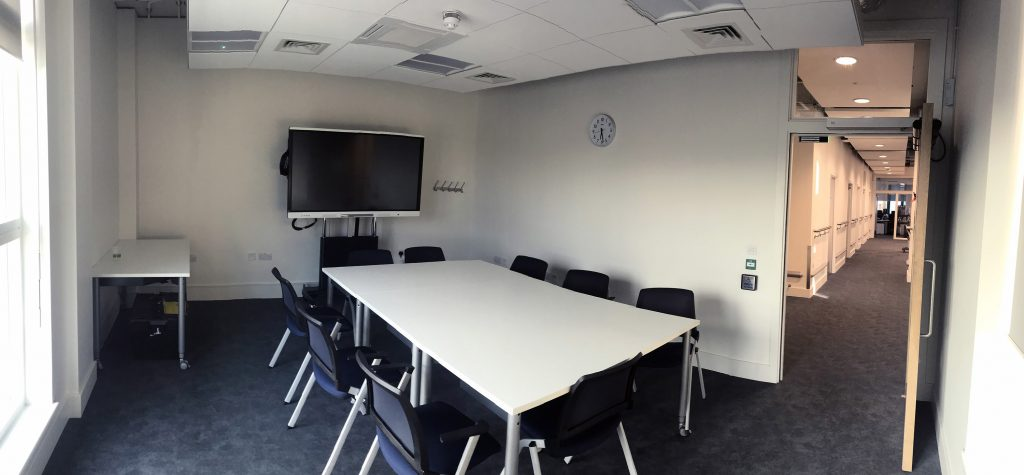 Meeting room for up to 10 people with fixed smart screen